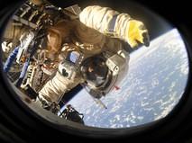 Космонавт работает в открытом космосе