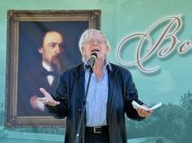 Юрий Назаров читает стихи