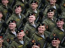 Военнослужащие во время тренировки к Параду Победы