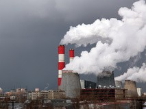 Дымящие трубы и градирни в промышленной зоне, Москва, Россия