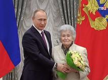 Президент России Владимир Путин награждает Ирину Антонову