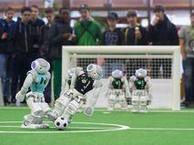 Роботы-футболисты. Архивное фото