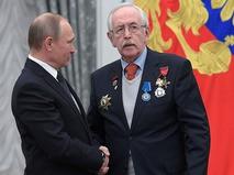 Владимир Путин и Василий Ливанов во время церемонии вручения государственных наград