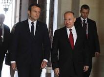 Президент России Владимир Путин и президент Франции Эммануэль Макрон во время встречи
