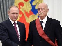 Владимир Путин и Станислав Говорухин на церемонии вручения государственных наград за выдающиеся достижения в Екатерининском зале Кремля