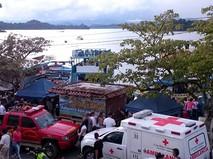 Экстренные службы на месте крушения судна в Колумбии