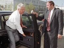 Президент РФ Борис Ельцин (слева) выходит из машины
