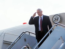 Вице-президент США Майкл Пенс спускается по трапу самолета