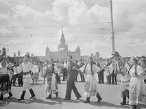 Участники VI Всемирного фестиваля молодёжи и студентов у здания МГУ на Ленинских горах