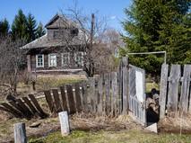Старый деревенский дом с покосившимся забором