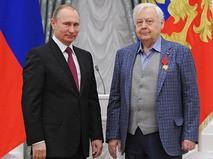 Владимир Путин и Олег Табаков во время церемонии вручения государственных наград в Екатерининском зале Кремля