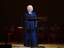 Светлана Крючкова на сцене Концертного зала им. П.И. Чайковского во время творческого вечера
