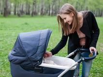 Молодая мама с коляской