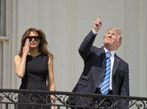 Меланья и Дональд Трампа наблюдают за солнечным затмением