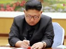 Лидер КНДР Ким Чен Ын подписывает документ