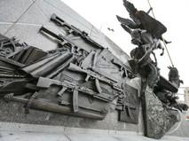 Часть скульптурной композиции с изображением немецкой винтовки на памятнике конструктору Михаилу Калашникову