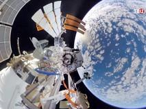 Космонавты МКС работают в открытом космосе
