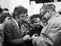 Илья Глазунов даёт автографы посетителям своей выставки