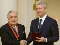 Мэр Москвы Сергей Собянин вручает правительственную награду художнику Илье Глазунову в Белом зале мэрии