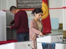 Голосование на избирательном участке в Бишкеке в ходе выборов президента Киргизии