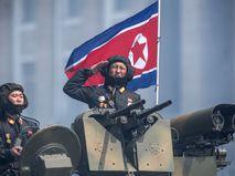 Военнослужащие КНДР на бронетранспортере во время военного парада в Пхеньяне
