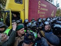 Протестующе во время столкновения с полицией Киеве