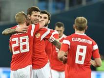 Футболисты сборной России радуются забитому мячу в ворота команды Испании