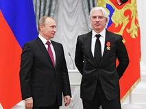 Президент России Владимир Путин (слева) и певец Дмитрий Хворостовский во время церемонии вручения государственных наград в Кремля