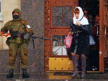 Люди в форме у здания прокуратуры в Луганске
