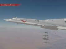 Российский бомбардировщик Ту-22М3 наносит авиаудар по объектам ИГ в Сирии