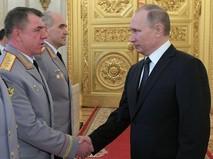 Президент России Владимир Путин и генерал-полковник Александр Журавлев