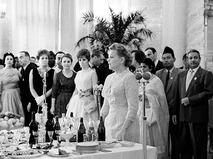 Министр культуры СССР Екатерина Фурцева приветствует гостей II Московского международного кинофестиваля на приёме в Кремле