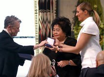 Вручение Нобелевской премии мира Беатрис Фин и Сэцуко Тэрлоу