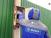 Электрики МОЭК проверяют подключения частных домов к электросетям