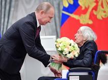 Владимир Путин награждает правозащитницу Людмилу Алексееву