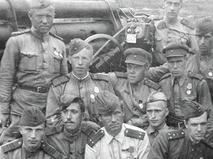 Юрий Никулин (2-й слева в 1-м ряду), служащий зенитчиком во время Великой Отечественной войны 1941-45 гг.