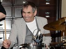Бари Алибасов играет на барабанах