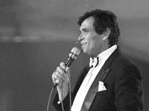 """Бари Алибасов выступает на официальной церемонии вручения национальных музыкальных премий """"Овация-93"""""""