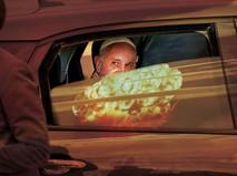Коллаж: Папа Римский Франциск наблюдает за ядерным взрывом