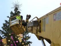 Демонтаж искусственных елок
