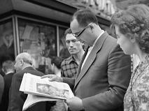 Москвичи у киоска печатных изданий