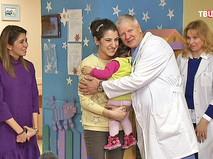 Девочка и мама благодарят врача