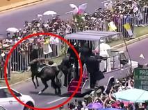 Папа Римский Франциск помогает упавшей с лошади женщине-полицейской