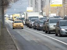 Такси едет по выделенной полосе