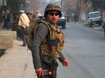 Сотрудник сил безопасности Афганистана на месте теракта в Джелалабаде