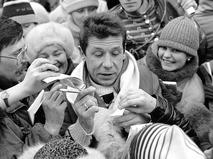 Актёр Валерий Рыжаков раздаёт автографы
