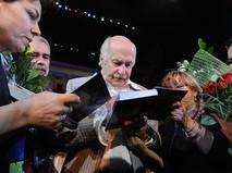 Владимир Зельдин раздаёт автографы после спектакля