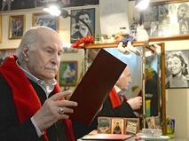 Владимир Зельдин в своей гримёрной
