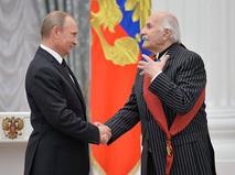 Владимир Путин и Владимир Зельдин во время церемонии вручения государственных наград в Кремле