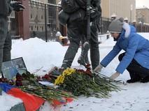 Девушка возлагает цветы в память о погибшем летчике майоре Романе Филипове